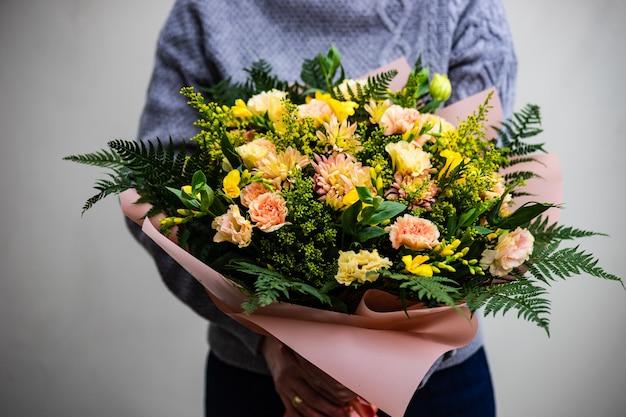 Mooie seizoensbloemen in boeket als cadeau-concept