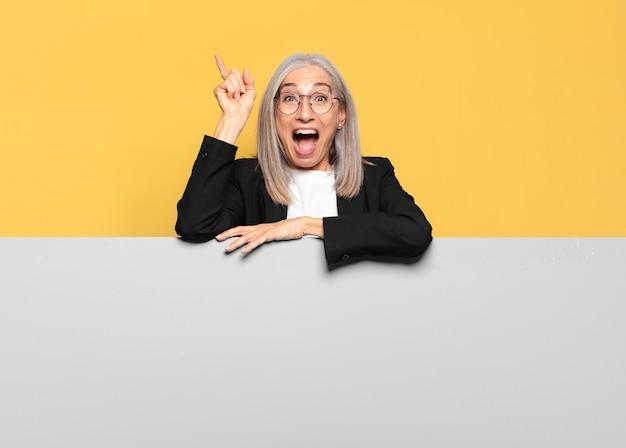 Mooie senior grijs haar zakenvrouw met een kopie ruimte om uw concept te plaatsen