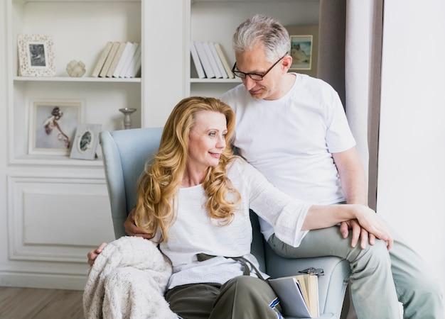 Mooie senior man en vrouw op fauteuil