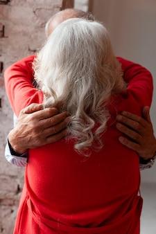 Mooie senior man en vrouw verliefd