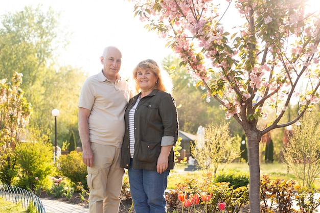 Mooie senior paar verliefd buiten in de lente of zomer natuur