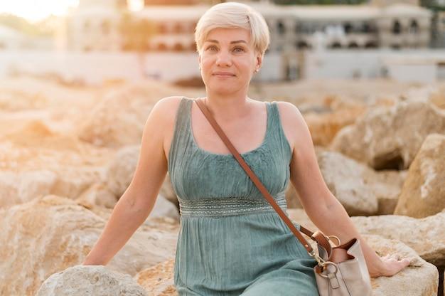 Mooie senior toeristische vrouw op het strand