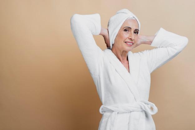 Mooie senior vrouw in badjas
