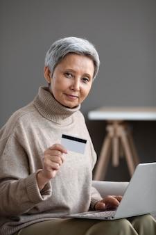 Mooie senior vrouw online winkelen