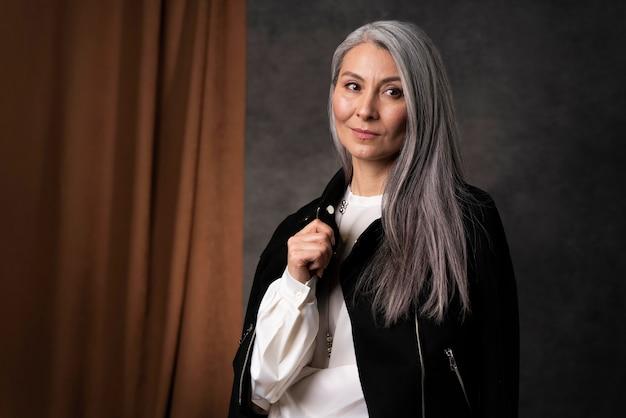 Mooie senior vrouw portret zwarte jas dragen