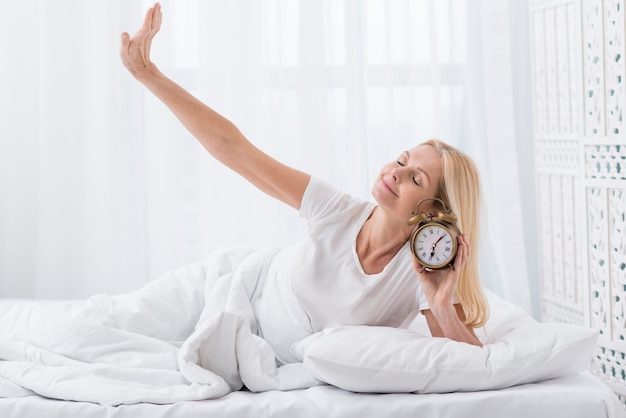 Mooie senior vrouw thuis wakker