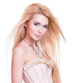 Mooie sensuele vrouw met lang blond haar - dat op wit wordt geïsoleerd.