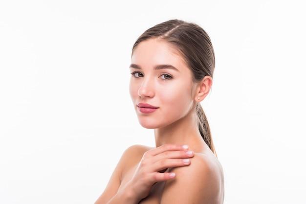 Mooie sensuele vrouw wat betreft haar gezicht dat op witte muur wordt geïsoleerd. schoonheid en huidverzorging concept. spa.