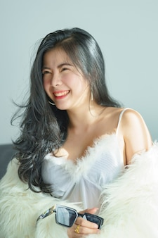 Mooie sexy aziatische vrouw in witte jurk gelukkig