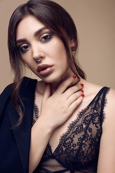 Mooie sexy brunette vrouw met sappige lippen in donker ondergoed