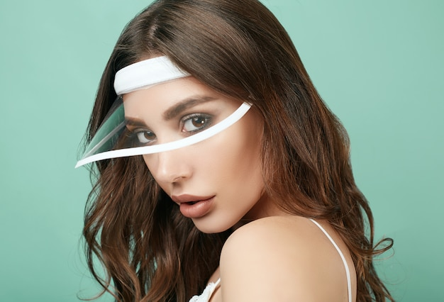 Mooie sexy brunette vrouw met sappige lippen in witte sport vorm