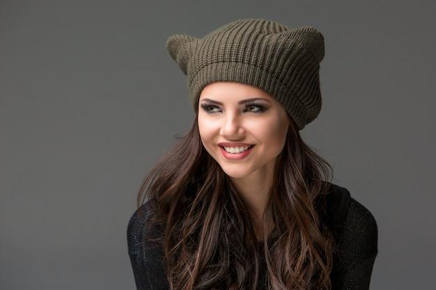 Mooie sexy jonge vrouw in een grappige hoed met oren