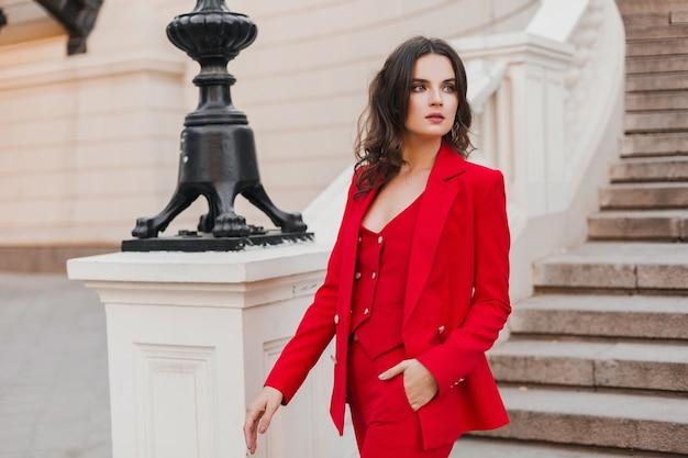 Mooie sexy rijke stijl zakelijke vrouw in rood pak wandelen in de stad straat, lente zomer modetrend