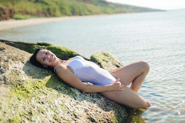 Mooie sexy vrouw baadt in de zee.