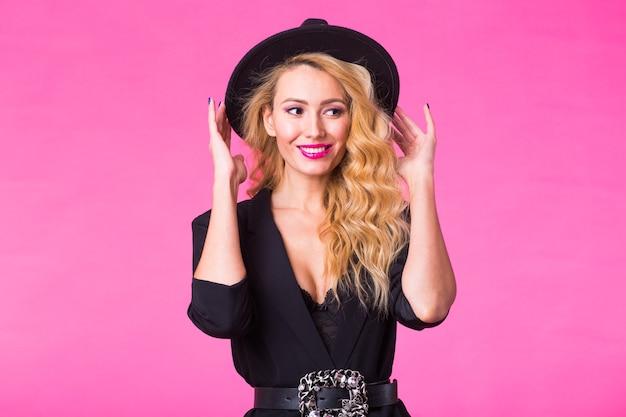Mooie sexy vrouw in een zwarte hoed met roze lippen en een stijlvolle