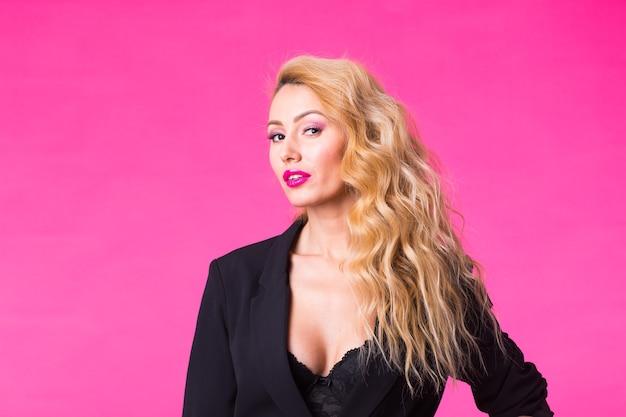 Mooie sexy vrouw in een zwarte kleding met roze lippen