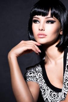 Mooie sexy vrouw met kort zwart haar poseren