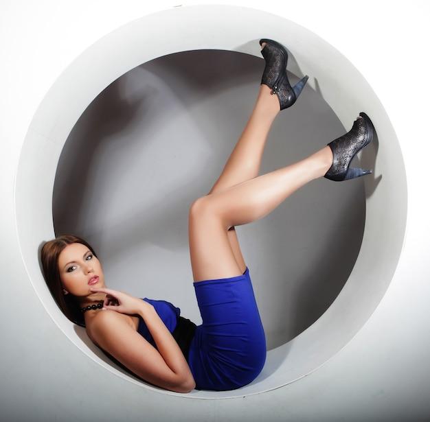 Mooie sexy vrouw poseren in cirkel