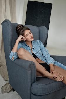 Mooie sexy vrouw zittend op een stoel
