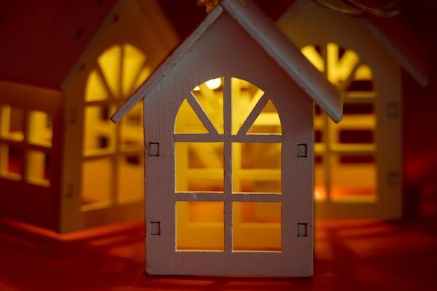 Mooie sfeervolle kerstslinger van gloeiende huizen. kerst concept, onroerend goed concept