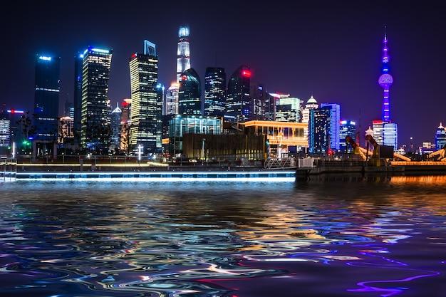 Mooie shanghai skyline 's nachts, moderne stedelijke achtergrond