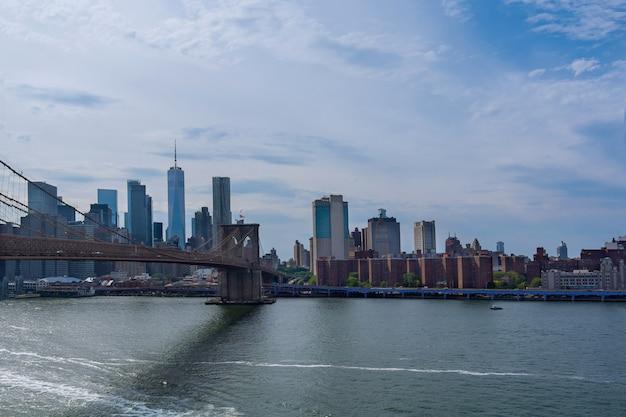 Mooie skyline van brooklyn bridge van luchtfoto op new york city manhattan skyline panorama