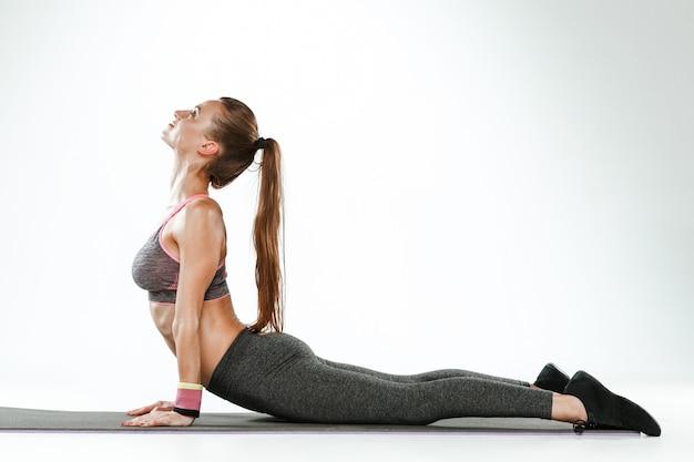 Mooie slanke brunette die wat rekoefeningen in een gymnastiek doet