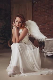 Mooie, slanke vrouw met vleugels