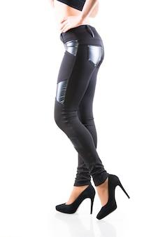 Mooie slanke vrouwelijke benen in beige beenkappen met hoge hakken op een witte achtergrond. concept van stijlvolle kleding en slanke benen. plaats voor reclame