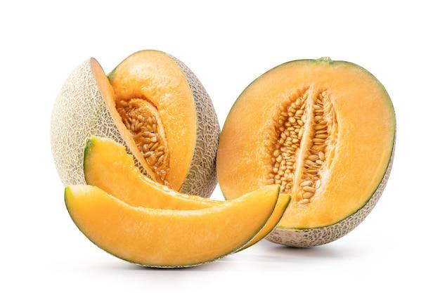 Mooie smakelijke gesneden sappige meloen meloen, meloen, rock meloen geïsoleerd op een witte achtergrond, close-up, uitknippad, uitgesneden.