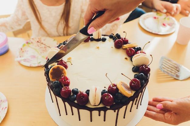 Mooie smakelijke verjaardagstaart en cadeaus