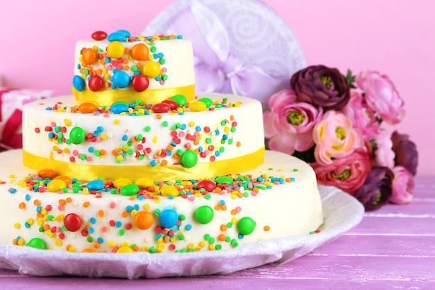 Mooie smakelijke verjaardagstaart en geschenken