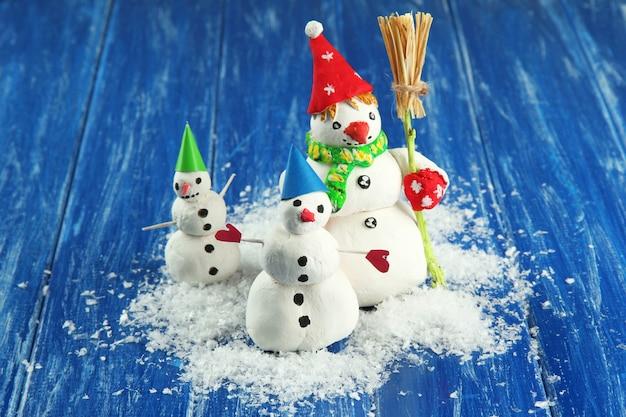 Mooie sneeuwmannen en kerstdecor op lichte achtergrond