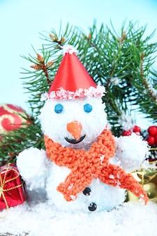 Mooie sneeuwpop op sneeuw