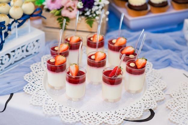 Mooie snoepjes dessert op een plaat close-up