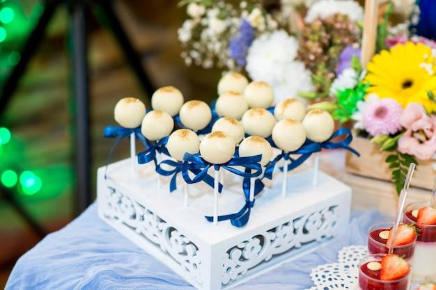Mooie snoepjes dessert op een stand close-up