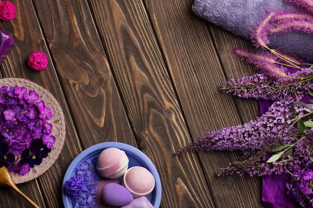 Mooie spa-compositie. badkamer of spa ingesteld op de achtergrond. platliggende compositie met natuurlijk zeezout