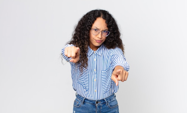 Mooie spaanse vrouw die met beide vingers en boze uitdrukking naar de camera wijst en zegt dat je je plicht moet doen