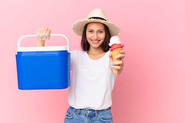Mooie spaanse vrouw met een draagbare vriezer en een ijsje