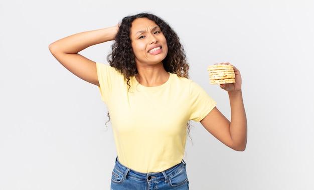 Mooie spaanse vrouw met een rijstdieetcakes