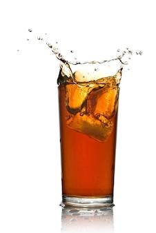 Mooie splash van cola in glas geïsoleerd op wit