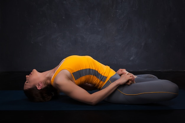 Mooie sportieve fit yogi meisje beoefent yoga asana matsyasana