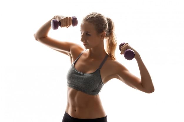Mooie sportieve vrouw training met halters