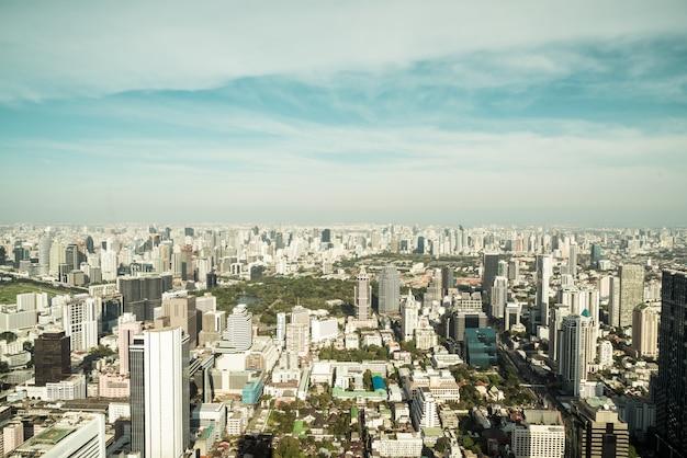 Mooie stadsgezicht met architectuur en het bouwen in bangkok thailand