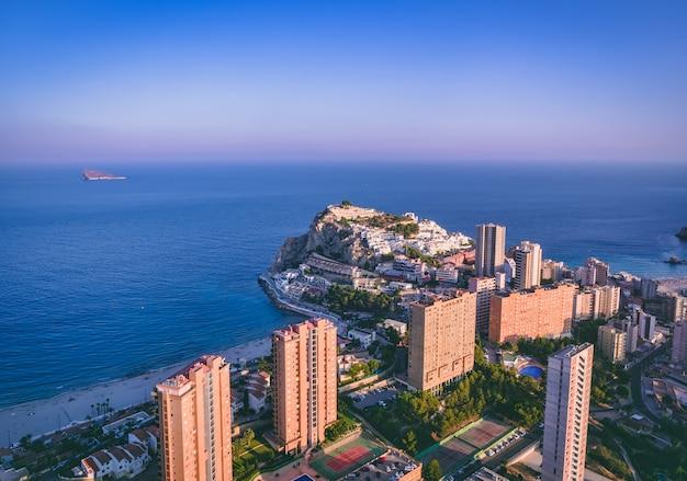 Mooie stedelijke luchtfoto landschap en stranden van poniente en finestrat in de stad benidorm, spanje, bij zonsondergang in de zomer