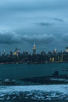 Mooie stedelijke stad met verbazingwekkende wolken in de lucht op de achtergrond