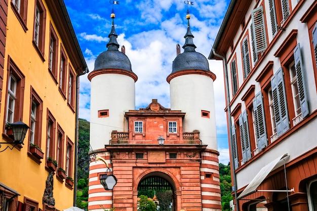 Mooie steden van duitsland, heidelberg. poorten van karl theodor bridge