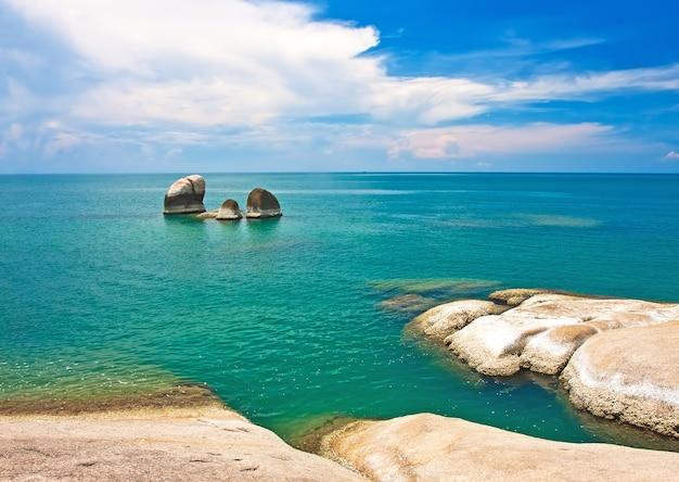 Mooie stenen op het strand van lamai, koh samui, thailand