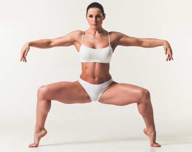 Mooie sterke vrouw in wit ondergoed.