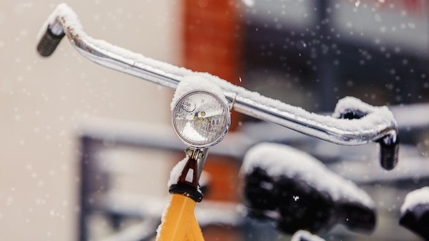 Mooie stijlfiets in sneeuw na hoge sneeuwval in europa.